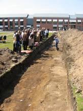 Foto som viser Deltagerne i Jelling Conference II besigtiger udgravningen på Gorms Torv i maj 2010. Foto Anne Pedersen.