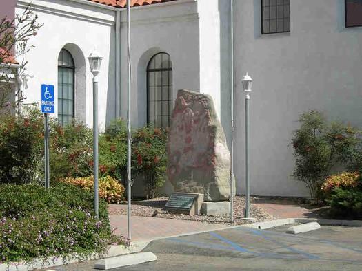 Kopi af Harald Blåtands runesten fra Jelling foran den danske kirke i Yorba Linda. Foto: Lisbeth Imer.