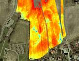 Farvekort som viser resultatet af målinger umiddelbart nordøst for Nordhøjen i Jelling. Tværs over feltet anes en linie fra øst til vest, der bør undersøges nærmere.