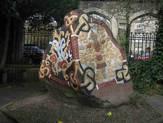 Kopi af Harald Blåtands runesten ved den danske kirke i London. Foto: Michael Andersen.