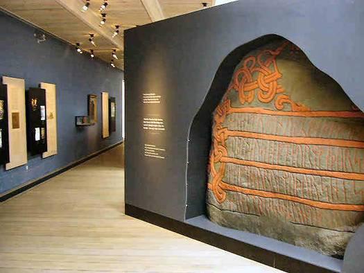 Kopi af Harald Blåtands runesten i den permanente udstilling i Kongernes Jelling. Foto: Anne Pedersen.