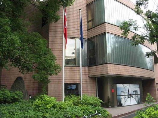 Kopi af Harald Blåtands runesten fra Jelling på Den danske Ambassade i Tokyo. Foto: Den danske Ambassade.