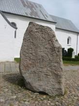 Billedet viser Jellingstenen udenfor Jelling kirke.