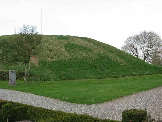 Foto som viser spor af 1800-årenes indgravning i sydsiden af Nordhøjen fotograferet i april 2009. Foto: Anne Pedersen.