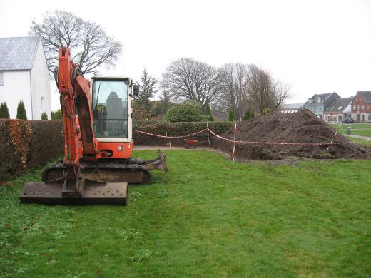 Udgaravning i Jelling. Gravemaskinen står klar i venstre side af billedet